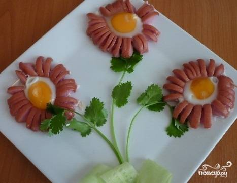 Ромашка из сосиски и яйца