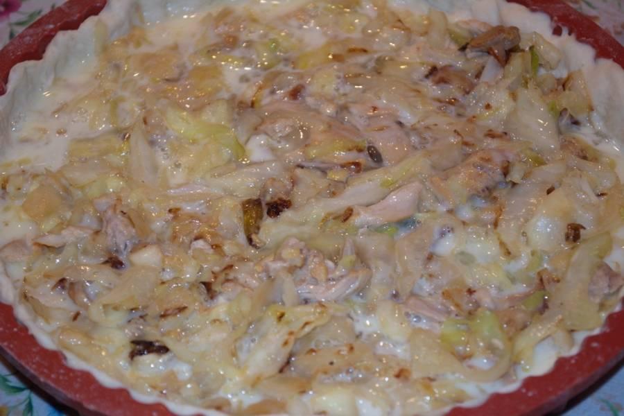 Яичную массу вылейте на капусту.