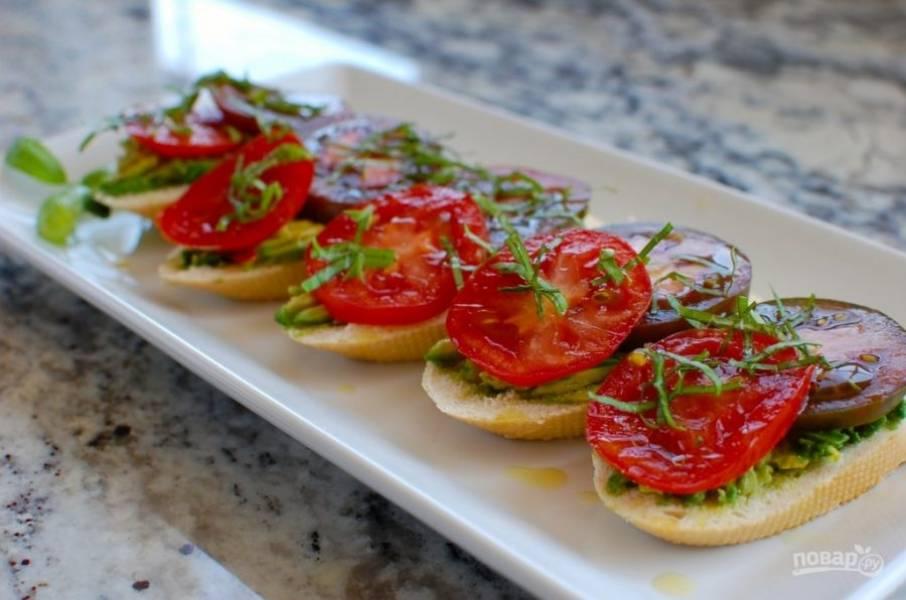 7.Поместите брускетты на сервировочную тарелку, посыпьте базиликом, полейте оливковым маслом и подавайте к столу.