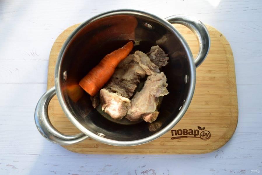 Мясо и овощи выньте из бульона, остудите и нарежьте на порционные кусочки.