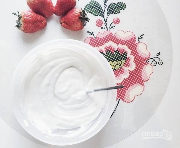 6.Творог перетрите через сито и введите к взбитым белкам, добавьте муку и перемешайте (можете добавить больше сахара).