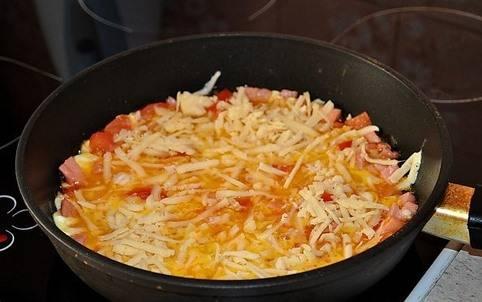 Сверху добавляем тертый на средней или крупной терке сыр.