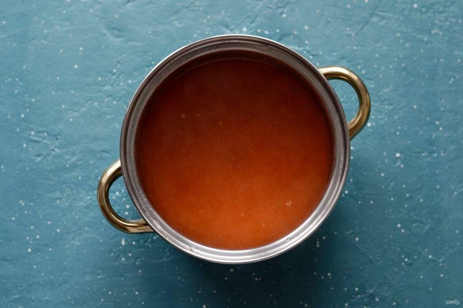 Бульон в кастрюле доведите до кипения. Добавьте кетчуп, перемешайте до полного растворения.