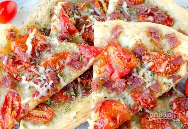 4. Запекайте пиццу в течение 20 минут при 190 градусах в духовке. Всё готово! Приятного аппетита!