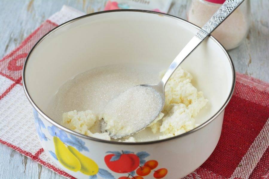Смешайте творог и 200 грамм сахара в глубокой емкости.