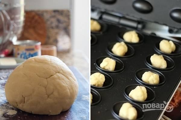 5. Тесто хорошо застыло, а значит можно приступать непосредственно к процессу формирования орешков. Разделите тесто на небольшие кусочки и скатайте шариками. Выложите их в разогретую орешницу и выпекайте по несколько минут до румяности.