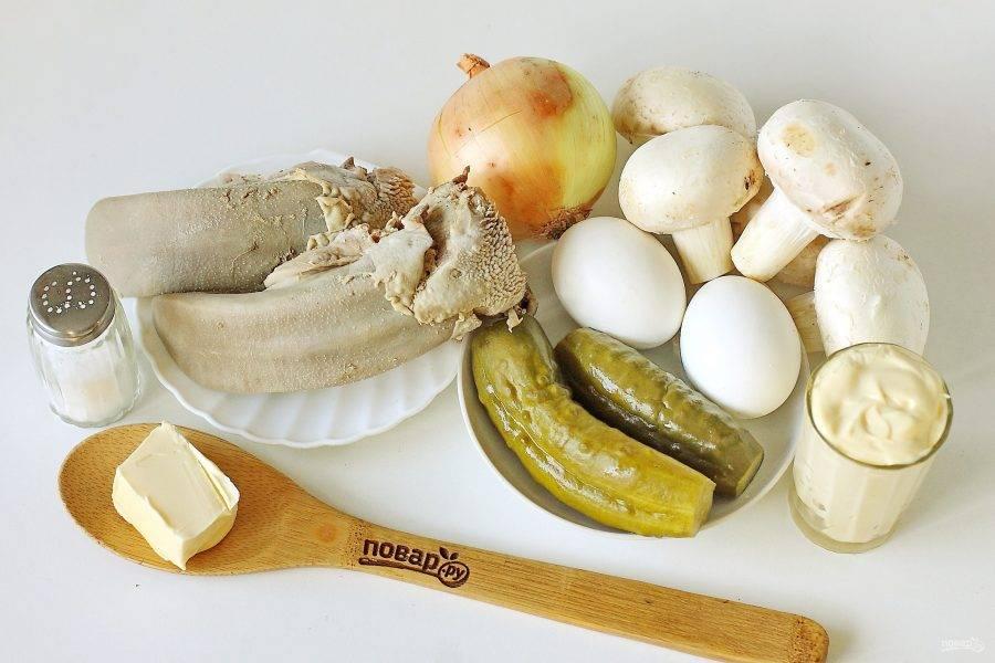 Подготовьте все ингредиенты. Заранее отварите до готовности язык и яйца.