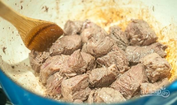 2.Растопите в кастрюле 1 столовую ложку сливочного масла, выложите говядину и обжаривайте около 7-10 минут.