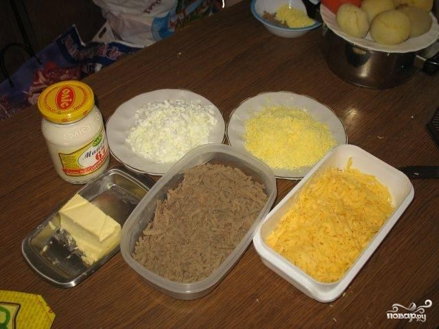 Отварите говяжью печень. Сварите яйца вкрутую.  Говяжью печень, твёрдый сыр и варёные яйца натрите на крупной тёрке. Сложите в разную посуду.
