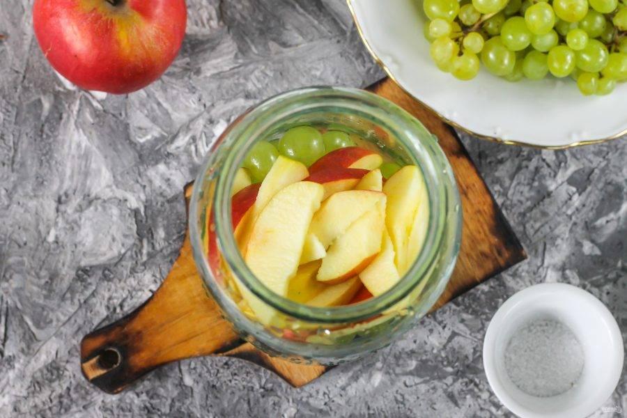 Яблоки промойте, разрежьте каждое на четыре части и срежьте семенные блоки. Нарежьте каждую четвертинку ломтиками и высыпьте в емкость к винограду.