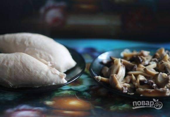 1. Куриную грудку вымойте и отварите в подсоленной воде до готовности. Подготовьте грибочки.