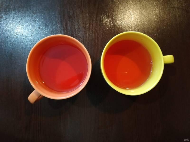 Разлейте желе по чашкам, наполнив их на треть. Теперь отправьте чашечки в холод для застывания.