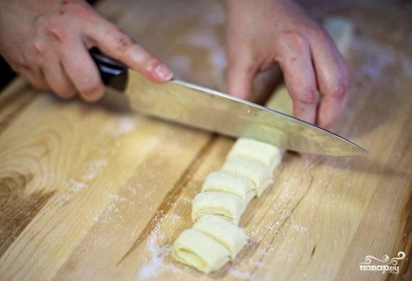 7. Острым ножом нарежьте небольшими кусочками (чем тоньше, тем более хрустящим будет печенье).
