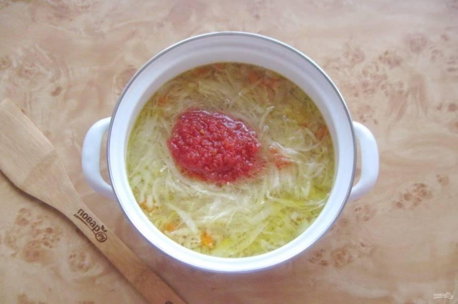 Затем добавьте измельченные помидоры (томатный морс или томатную пасту).