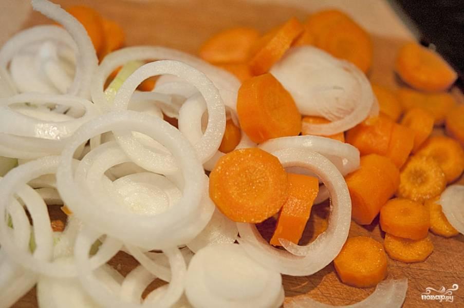 Параллельно этому, достаточно крупно нарезаем лук и морковь.
