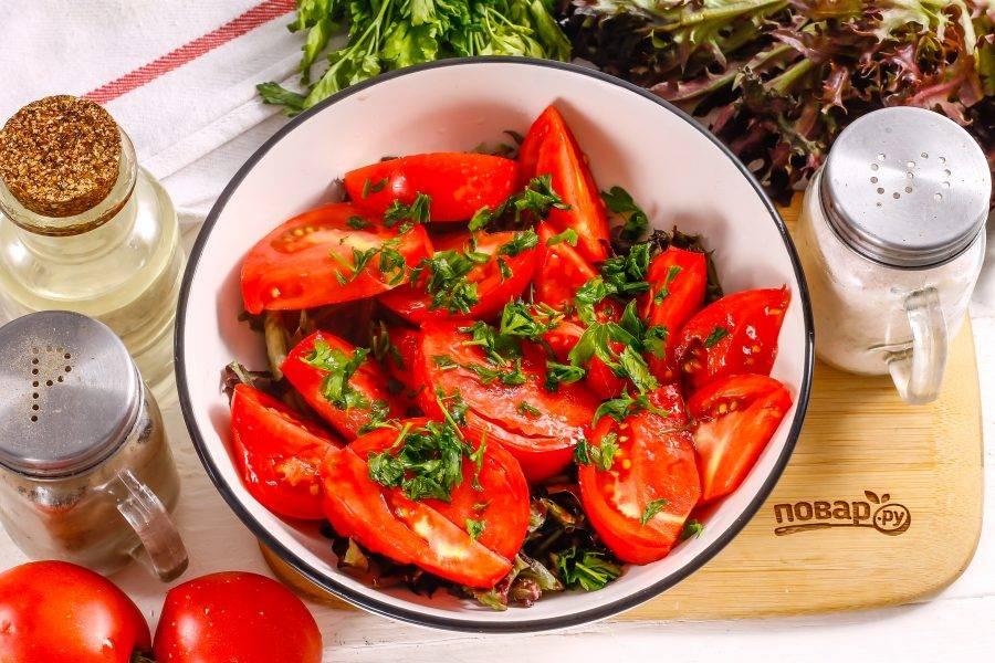Промойте петрушку и измельчите, добавьте к помидорной нарезке.