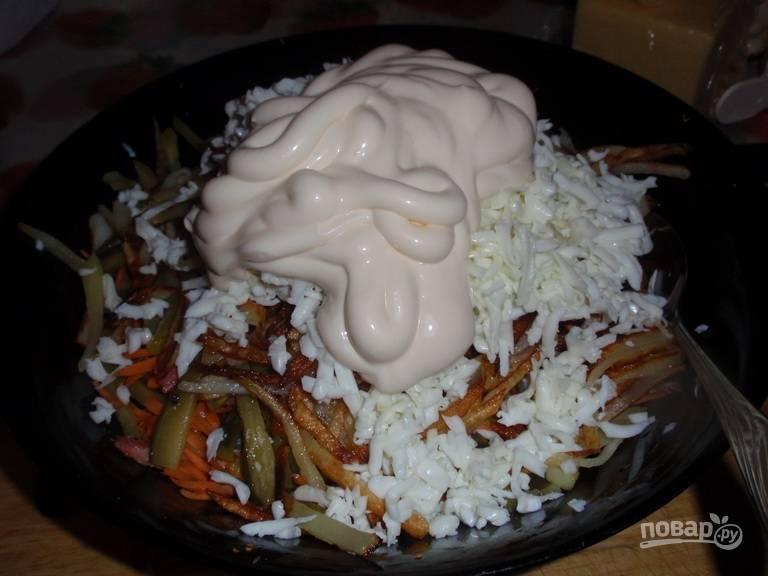 В салат добавьте майонез, соль и перец по вкусу. Перемешайте.