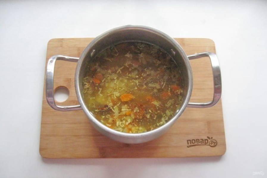Суп посолите, поперчите и варите 25-30 минут до готовности всех ингредиентов. В конце добавьте измельченный чеснок.