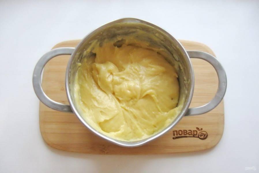 Вот такое должно получиться заварное тесто. Оно должно быть не очень густым, но и не жидким, гладким, блестящим и немного вязким.