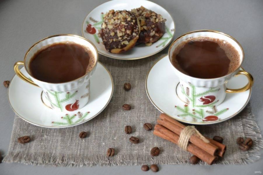 Влейте кофе и наслаждайтесь ароматным напитком, способным как взбодрить, так и согреть.