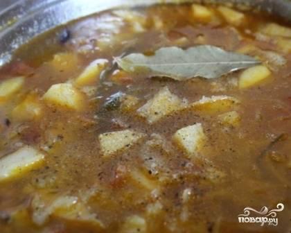 А теперь завершающий этап: добавляем молотый перец и лавровый лист, пробуем щи на соль, если надо - досаливаем. Варим еще минутки 2-3, а затем убираем кастрюлю с плиты.