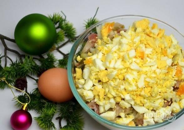 8. Остудите и очистите яйца, нарежьте.
