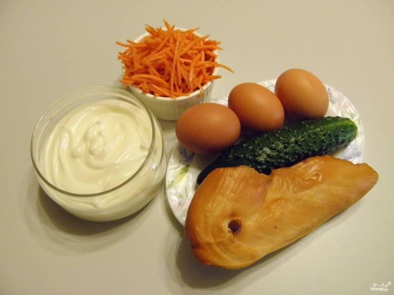 Подготовьте продукты для салата. Морковь по-корейски можно купить готовую, а можно сделать самостоятельно. Отварите куриные яйца вкрутую. Вымойте огурчик. Приступаем.