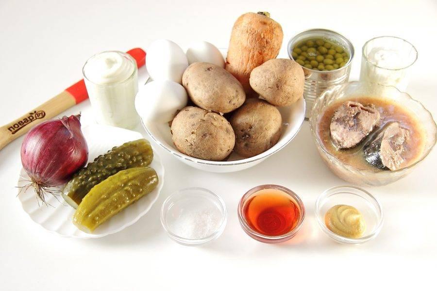 Подготовьте все ингредиенты. Картофель, яйца и морковь отварите заранее и дайте остыть.