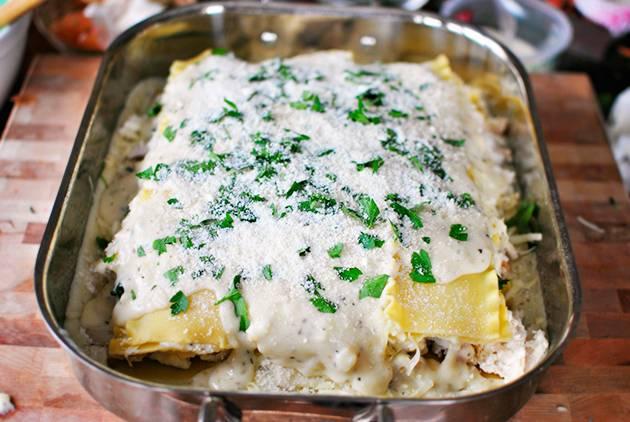 12. Верхний слой листьев лазаньи залить оставшимся соусом и присыпать тертым сыром. Отправить форму в разогретую духовку.