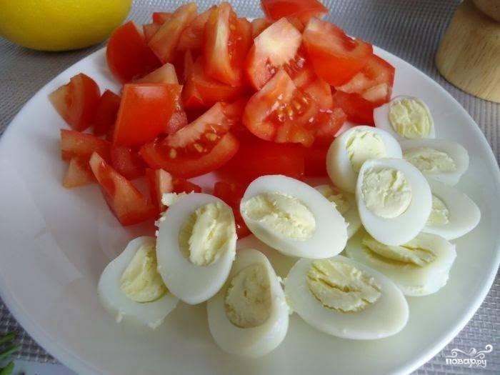 Яйца отварные порежьте на половинки, помидоры порежьте четвертинками, довольно крупно.