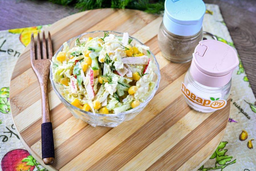 Готовый салат поставьте в холодильник на 10-15 минут, затем подавайте к столу  в порционной посуде. Приятного аппетита!