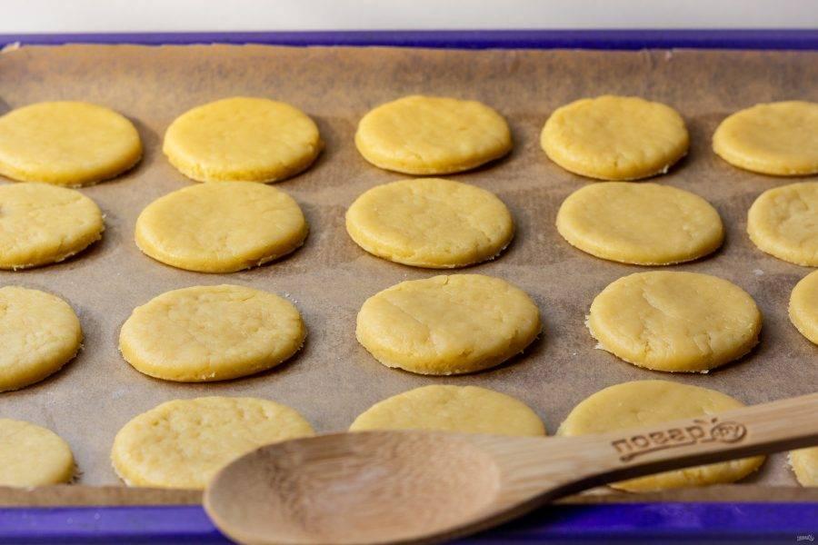 Разложите печенье на противень с пекарской бумагой и выпекайте 15-20 минут при температуре 180 градусов. Время выпечки зависит от размера печенья.