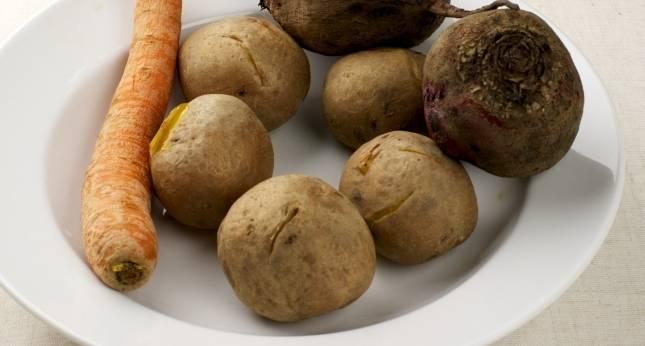 2. Когда все овощи будут сварены, даем им остыть и нарезаем кубиками мелкого размера. По вкусу можно добавить репчатый или зеленый лук.