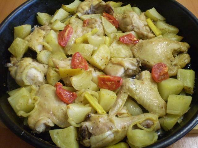 6. Курица, запеченная с картофелем и овощами, готова.
