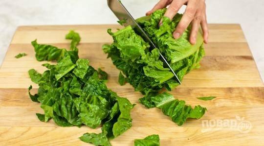 Салат помойте и нарежьте крупными кусками.