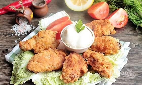 Удалите лишний жир с блюда, подавайте крылышки с соусом. Приятного аппетита!