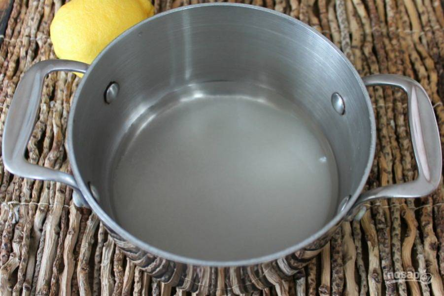 Сахар высыпаем в кастрюлю и заливаем водой. Отправляем на огонь. Помешиваем нагревая. Когда сахар растворился, убираем сироп с огня.