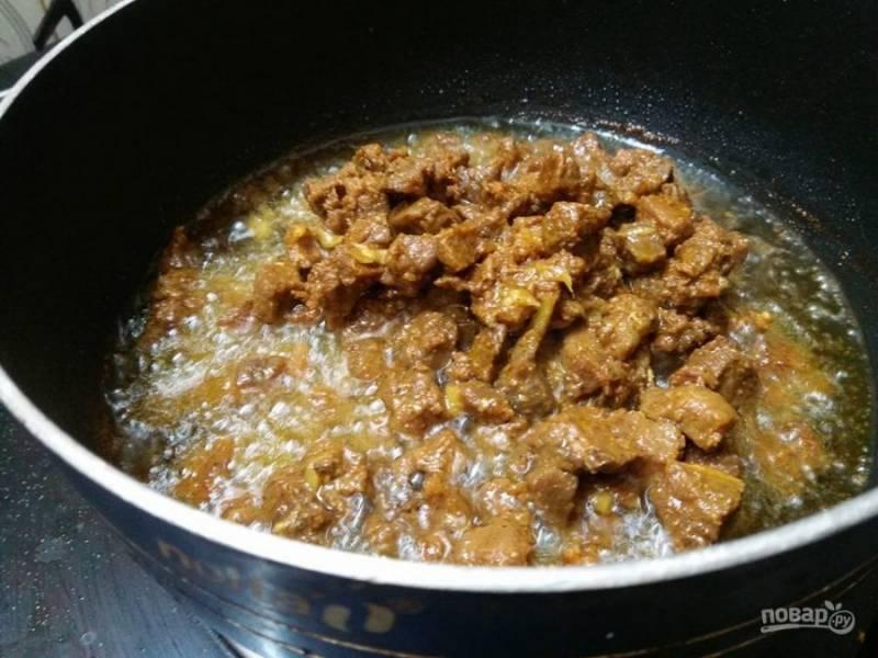 4. Растопите масло на сковороде, поместите говядину тушиться до сочности и мягкости.