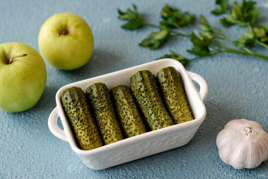 Малосольные огурцы с яблоками готовы, приятного аппетита!