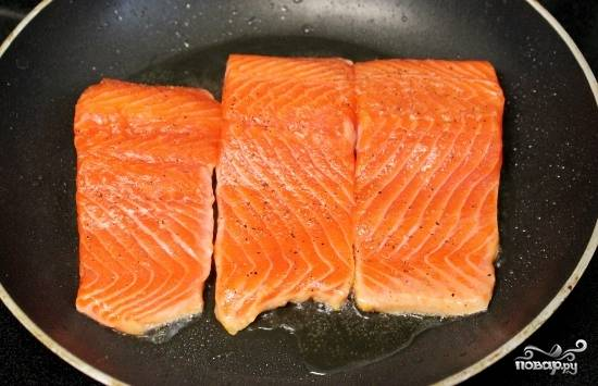 Нагрейте сковороду на среднем огне. Добавить около 1 - 1 ½ столовые ложки масла чтоб, пусть оно немного разогреется. Выложите рыбу, кожей вниз и жарьте в течение примерно 5 минут, пока кожа не станет золотисто-коричневого цвета.
