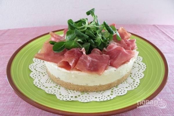 9.Украсьте закусочный чизкейк кусочками ветчины, а в центр выложите свежую зелень. Приятного аппетита!