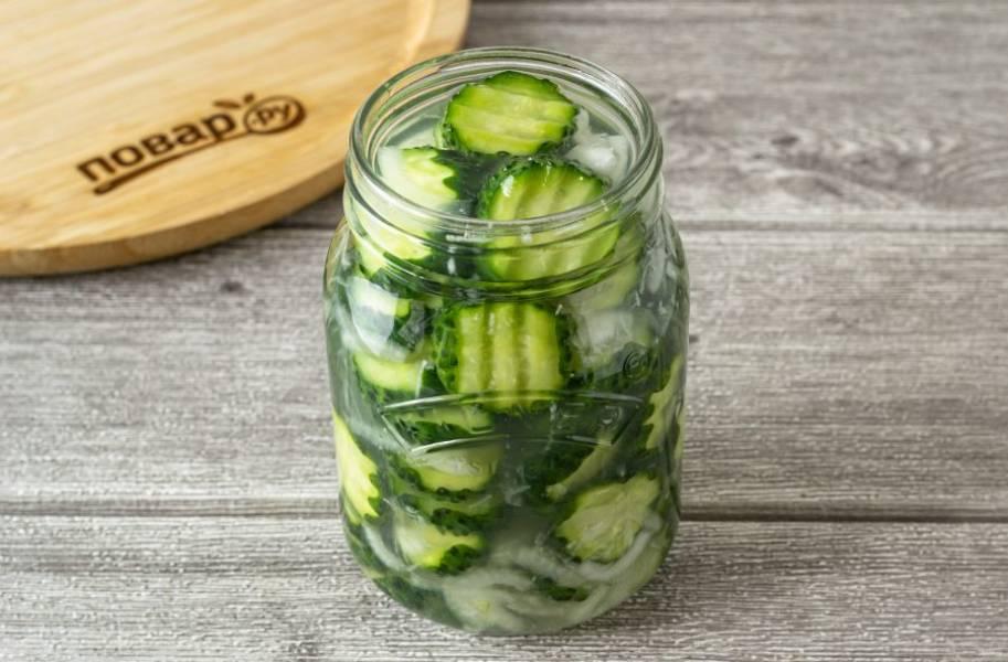 Переложите салат в чистую банку. Если сок полностью не покрывает овощи, то долейте сверху растительного масла или воды.