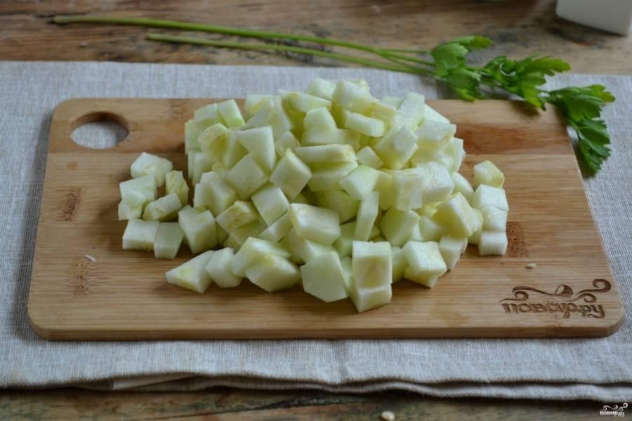 Кабачок очистите от кожуры и нарежьте мелкими кубиками, присыпьте солью.