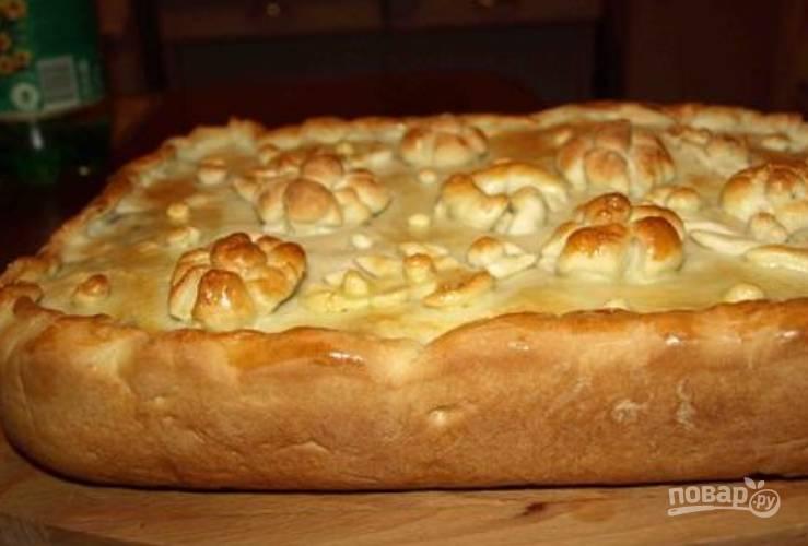 Выпекайте пирог в духовке 50 минут, температура 180 градусов.