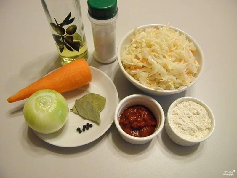 Подготовьте продукты для супа. Капуста должна быть не слишком кислой, лучше — в меру. Если она очень кислая, промойте ее под проточной холодной водой. Воду для супа поставьте на огонь и доведите до кипения.