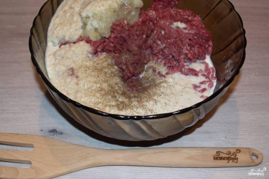Разбухший батон и нарезанный шпик пропустите вместе с луком и очищенным чесноком через мясорубку.