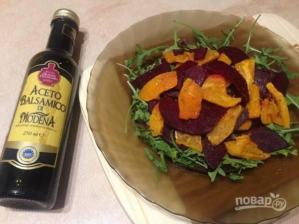 6. Добавляем ломтики свеклы и тыквы, сбрызгиваем бальзамическим уксусом или лимонным соком. Можно добавить измельченного чеснока.