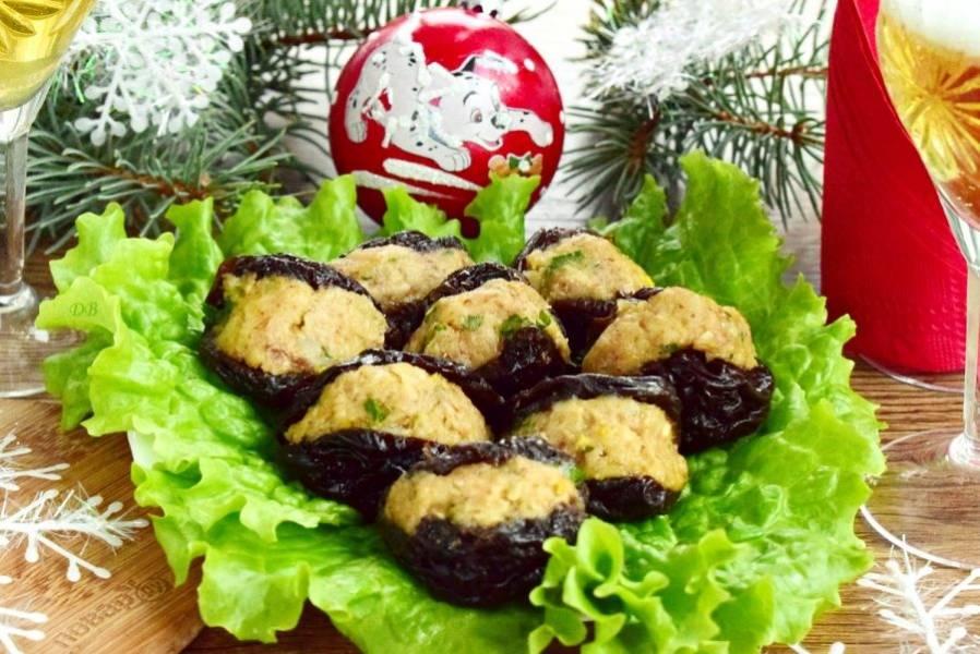 """Наполните начинкой створки """"мидии"""", выкладывайте на блюдо с листьями салата. Приятного аппетита!"""