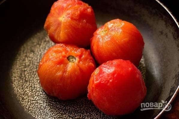 Первым делом в кастрюле вскипятите достаточно воды, чтоб поместить в нее помидоры. Положите их в кипяток, выключите огонь и оставьте под крышкой на 20 минут. Затем снимите с томатов кожуру.