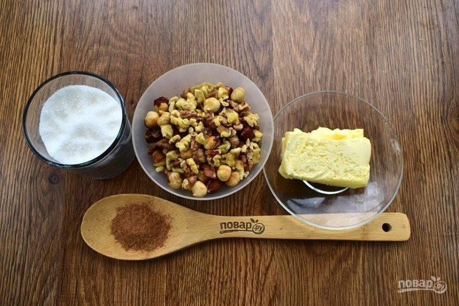 Пока тесто подходит, приготовьте начинку. Орехи немного прокалите на сухой сковороде и очистите от шелухи.